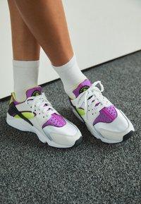 Nike Sportswear - HUARACHE - Sneakers - white/red plum/light lemon twist/black - 4