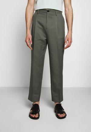 SAMSON TROUSER - Chino kalhoty - green grey
