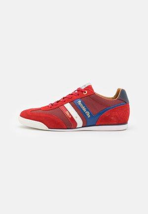 VASTO UOMO - Sneakers laag - racing red