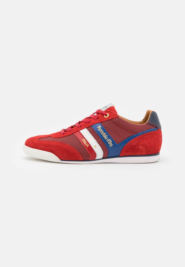 VASTO UOMO - Sneakers - racing red