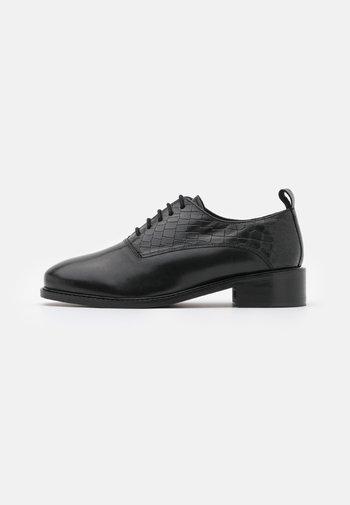 LATIGO WIDE FIT - Šněrovací boty - black