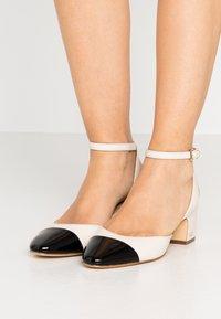 MICHAEL Michael Kors - BRIE CLOSED TOE - Escarpins - light cream/black - 0