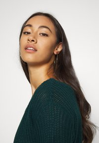 Missguided - AYVAN OFF SHOULDER JUMPER DRESS - Gebreide jurk - forest green