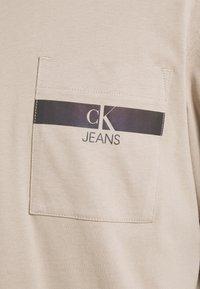 Calvin Klein Jeans - IRIDESCENT POCKET TEE UNISEX - Maglietta a manica lunga - beige - 2