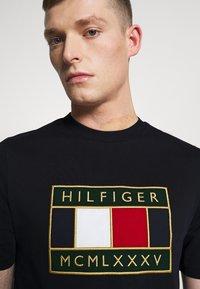 Tommy Hilfiger - GLOBAL FLAG TEE - Printtipaita - blue - 4