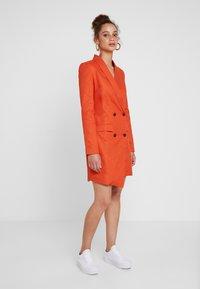UNIQUE 21 - ASYMMETRIC DOUBLE BREASTED BLAZER DRESS - Abito a camicia - orange - 0