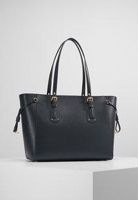 MICHAEL Michael Kors - VOYAGER TOTE - Handbag - admiral - 2