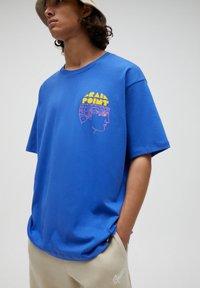 PULL&BEAR - Print T-shirt - mottled royal blue - 5
