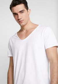 Pier One - Basic T-shirt - white - 4