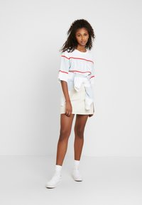Levi's® - CAMERON TEE - Camiseta estampada - white/baby blue/tomato - 1