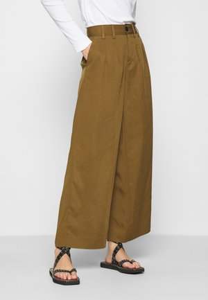 WIDE LEG PLEATED PANT - Pantalones - cindered olive