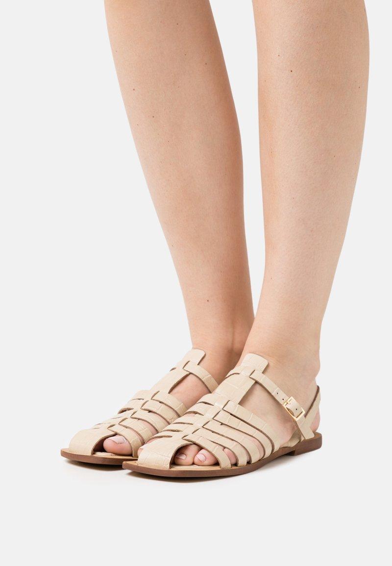 ASRA - SUKI - Sandaalit nilkkaremmillä - bone