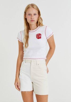 MIT STICKEREIEN UND FARBLICH  - T-shirt con stampa - off-white