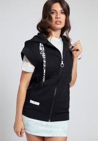 Guess - LOGO-TUNNELZUG - Zip-up sweatshirt - schwarz - 0