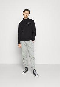 Nike SB - GRAPHIC MOCK UNISEX - Sweatshirt - black/white - 1