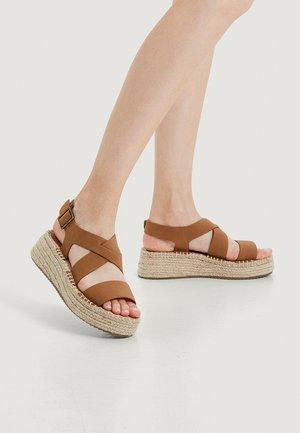 Sandaler m/ kilehæl - brown