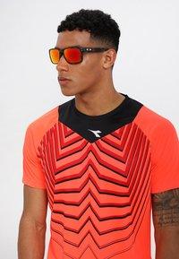 Oakley - HOLBROOK - Sonnenbrille - prizm ruby - 1