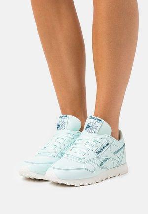 CLASSIC VEGAN - Sneakersy niskie - mist/chalk/midnight pine