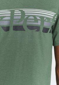 Peak Performance - EXPLORE TEE - T-shirt z nadrukiem - alpine tundra - 4