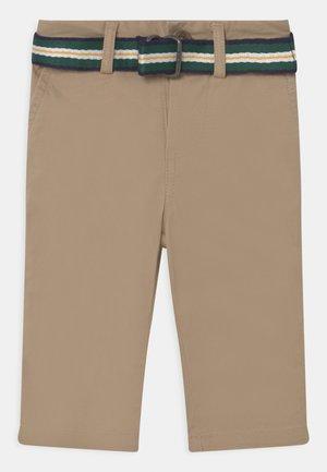 BEDFORD PANTS FLAT FRONT - Chinos - classic khaki
