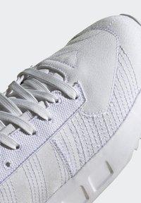 adidas Originals - GEODIVER - Sneakers basse - footwear white/core black - 8