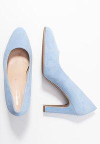 Brenda Zaro Wide Fit - WIDE FIT BIBI - Escarpins à talons hauts - baby blue - 3