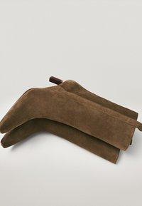 Massimo Dutti - AUNEM MIT HO ABSATZ - Korte laarzen - brown - 6
