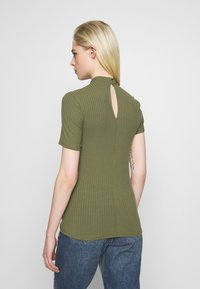Pieces - PCKYLIE T NECK - T-shirt basic - deep lichen green - 2