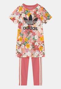 adidas Originals - SST SET HER LONDON ALL OVER PRINT PRIMEGREEN ORIGINALS TRACKSUIT - T-shirt print - trace pink/black/hazy rose/cream white - 0