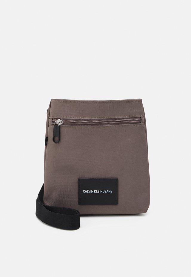 MICRO FLATPACK UNISEX - Taška spříčným popruhem - dusty brown