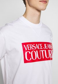 Versace Jeans Couture - BASIC LOGO REGULAR FIT - T-shirt imprimé - white / red - 6