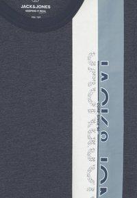 Jack & Jones Junior - JCOOYESTER CREW NECK - T-shirt con stampa - navy blazer - 2