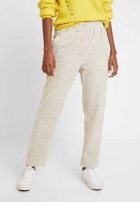 And Less - HAINA PANTS - Kalhoty - white alyssum - 0