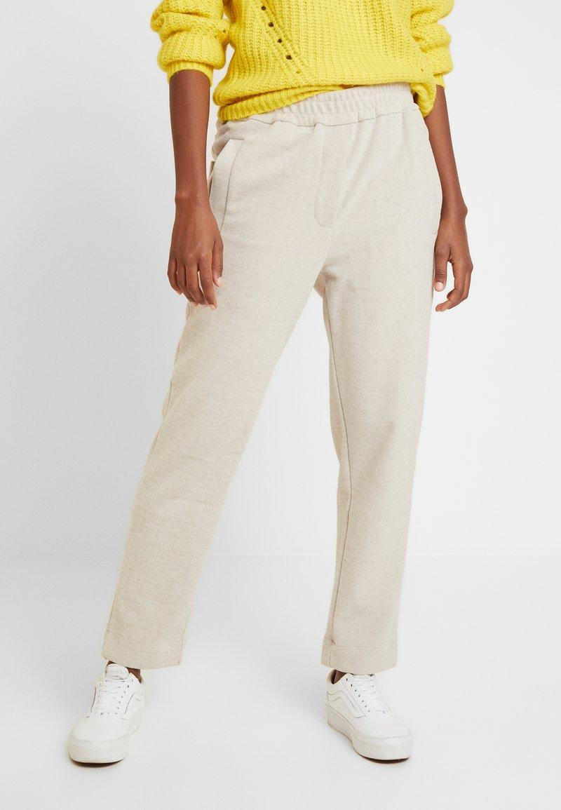 And Less - HAINA PANTS - Kalhoty - white alyssum