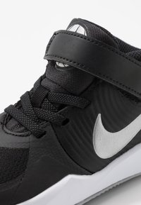 Nike Performance - TEAM HUSTLE D 9 FLYEASE UNISEX - Chaussures de basket - black/metallic silver/wolf grey - 2
