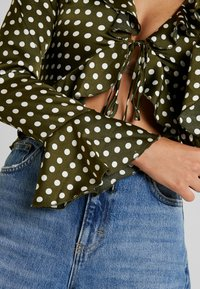 Missguided - POLKA DOT RUFFLE TIE FRONT CROP - Blus - olive - 5