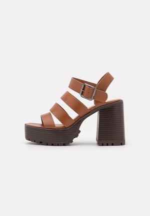 DITA - Sandály na platformě - brown
