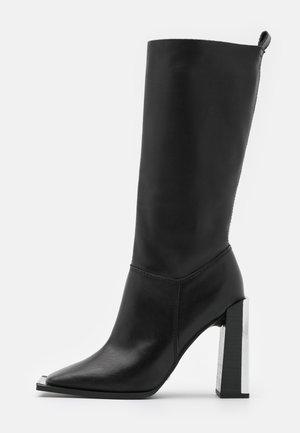 TANGO LEG HARDWARE BOOT - Kozačky na vysokém podpatku - black