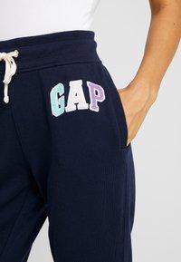 Gap Tall - Spodnie treningowe - navy uniform - 4