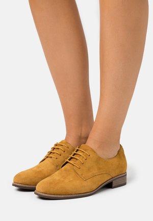 Šněrovací boty - saffron