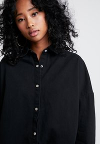 Missguided - OVERSIZED DENIM SHIRT - Overhemdblouse - black - 3