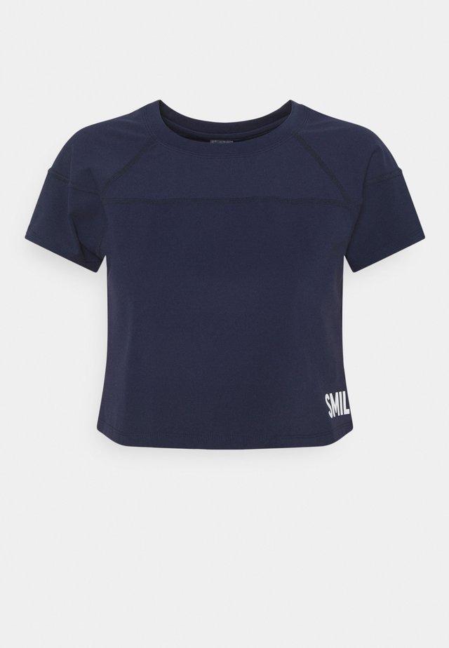 CROPPED  - T-shirts med print - blau
