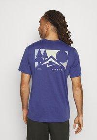 Nike Performance - TEE TRAIL - Camiseta estampada - dark purple dust - 2