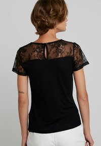 Dorothy Perkins - INSERT SHORT SLEEVE - Print T-shirt - black - 2