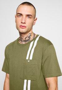 Junk De Luxe - CONTRAST STRIPE TEE - T-shirt print - army - 3