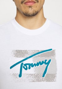 Tommy Jeans - FADED FLAG SCRIPT TEE UNISEX - T-shirt med print - white - 5