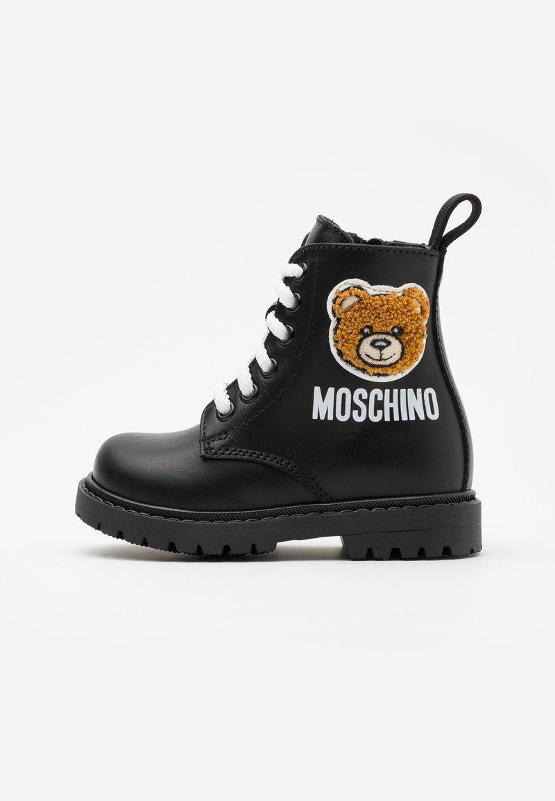 MOSCHINO - Šněrovací kotníkové boty - black