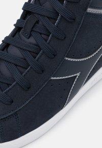Diadora - GAME S HIGH UNISEX - Sports shoes - blue nights/ash - 5