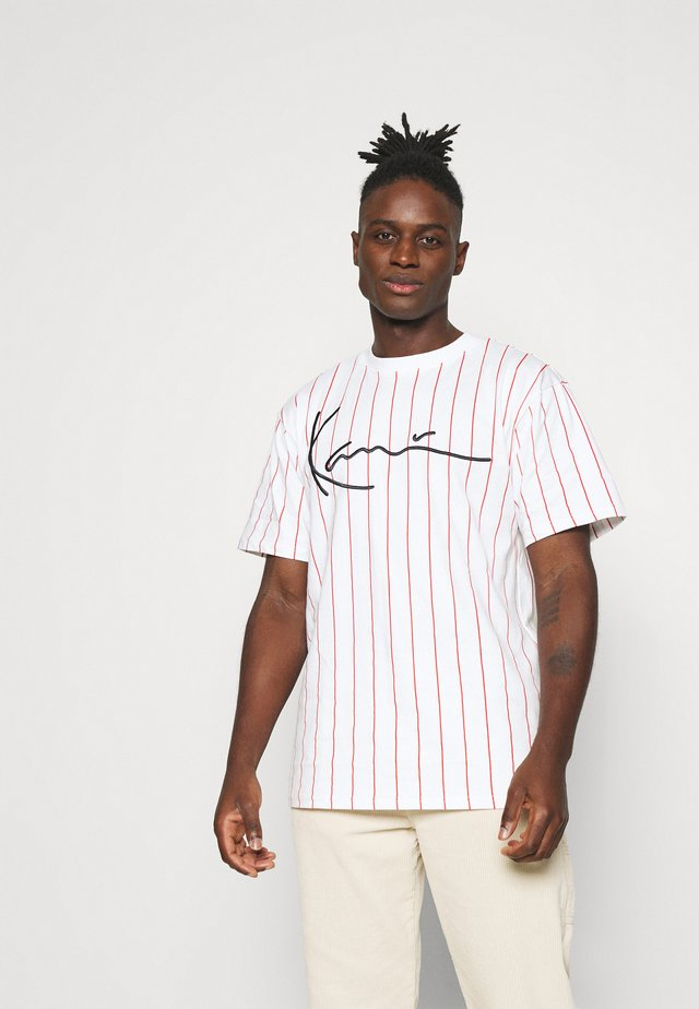 SIGNATURE PINSTRIPE TEE - T-shirt imprimé - white