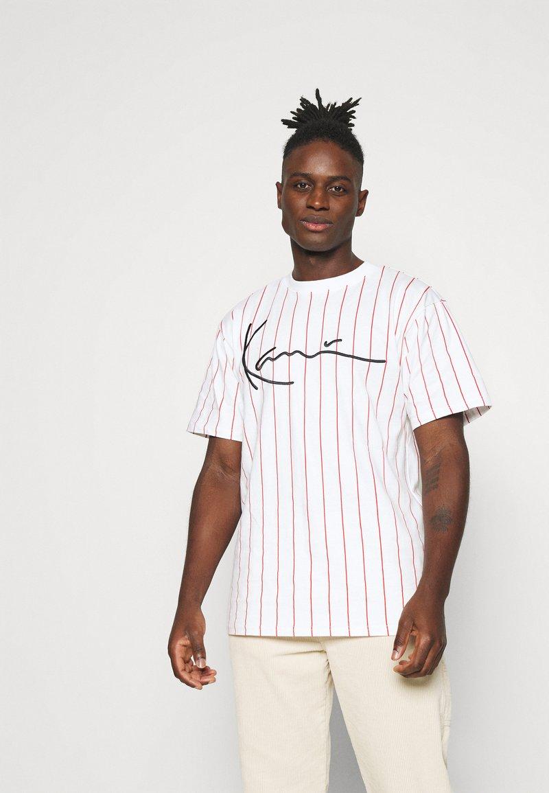 Karl Kani - SIGNATURE PINSTRIPE TEE - T-shirt imprimé - white